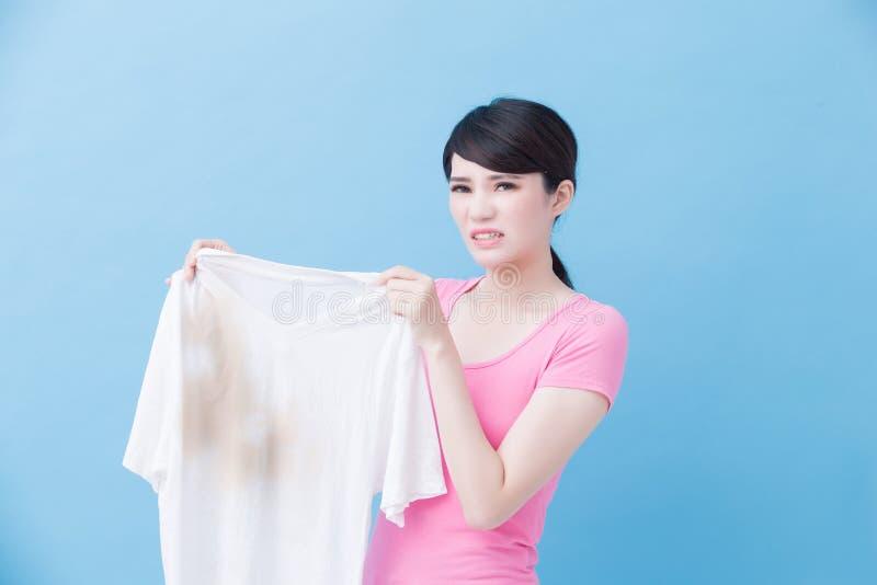 Vrouw met vuil overhemd stock fotografie