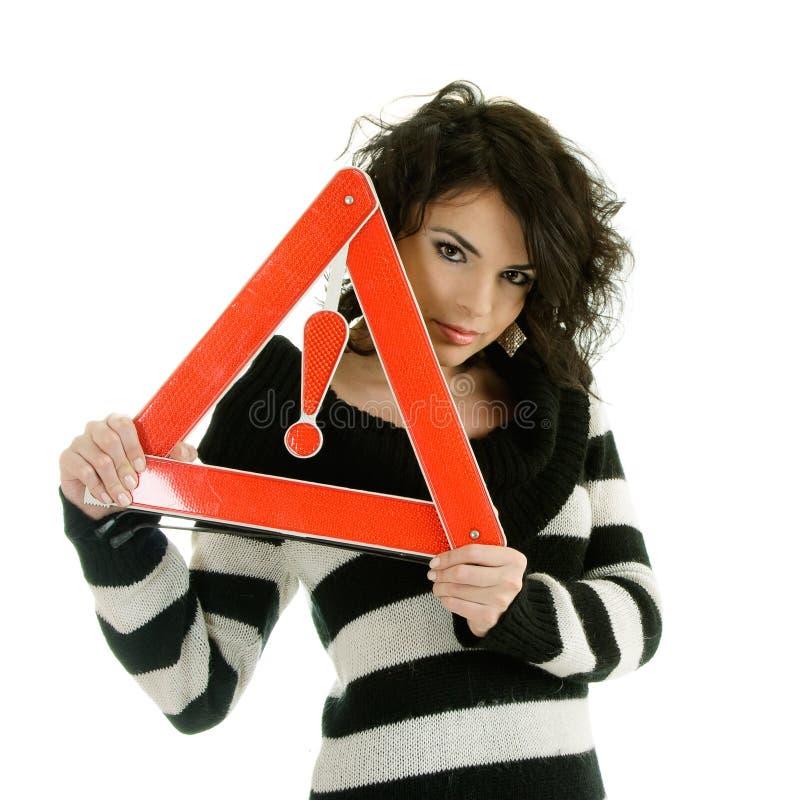 Vrouw met waarschuwingsverkeersteken stock afbeeldingen