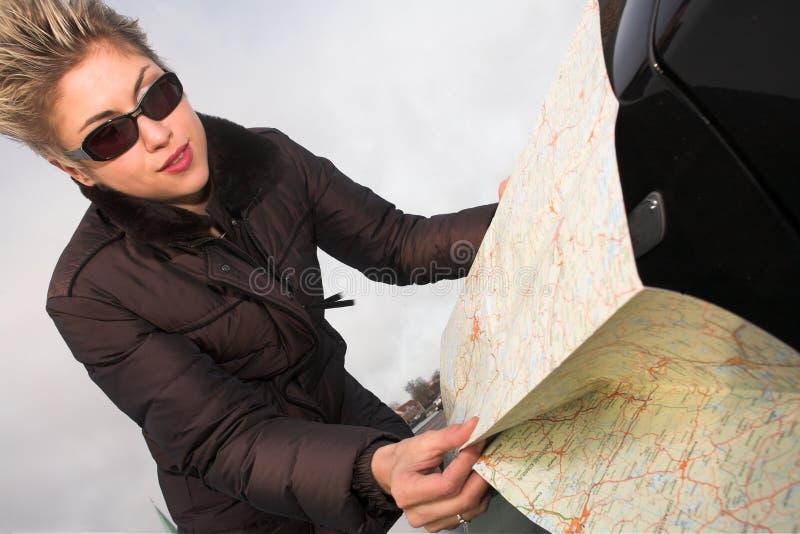 Vrouw met wegenkaart stock fotografie