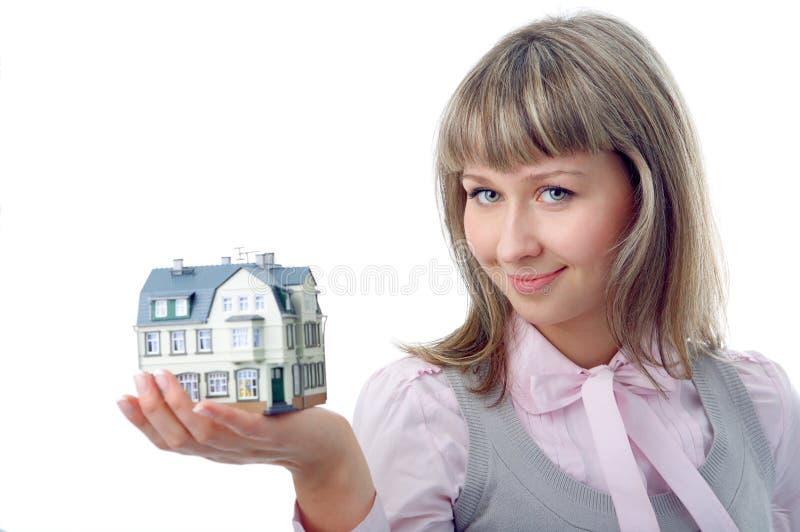 Vrouw met weinig huis op hand royalty-vrije stock foto's