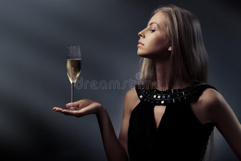 Vrouw met wijnglas ter beschikking stock afbeeldingen