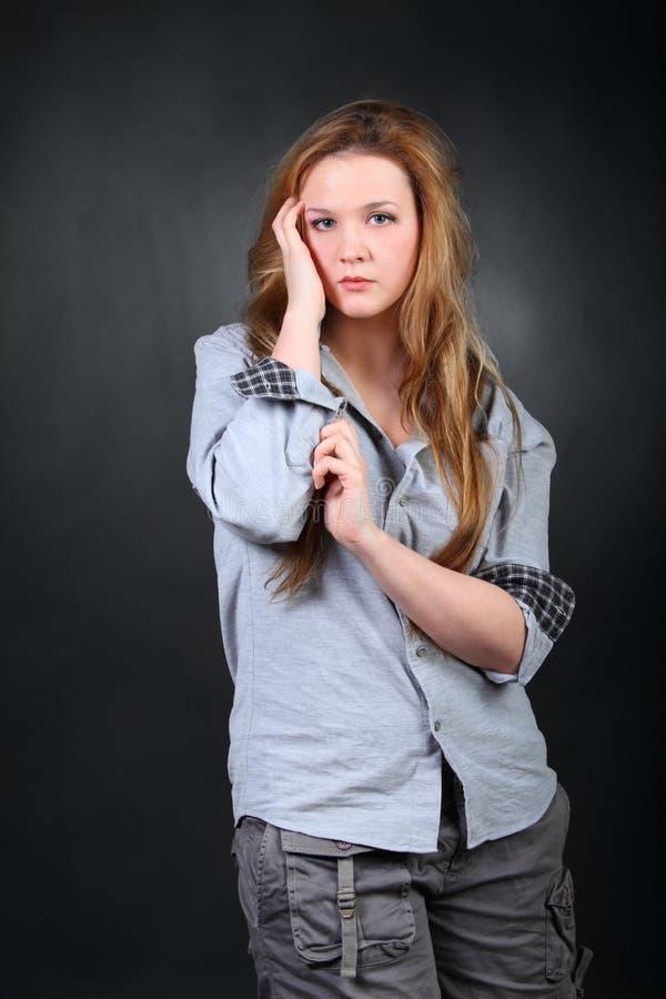 vrouw met wild haar in fotostudio stock illustratie afbeelding