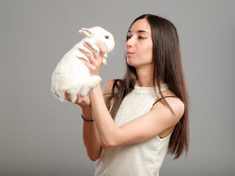 Vrouw met wit konijn stock afbeelding
