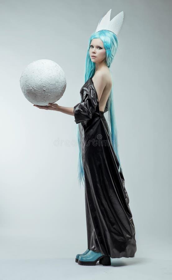 Vrouw met witte bal stock afbeeldingen