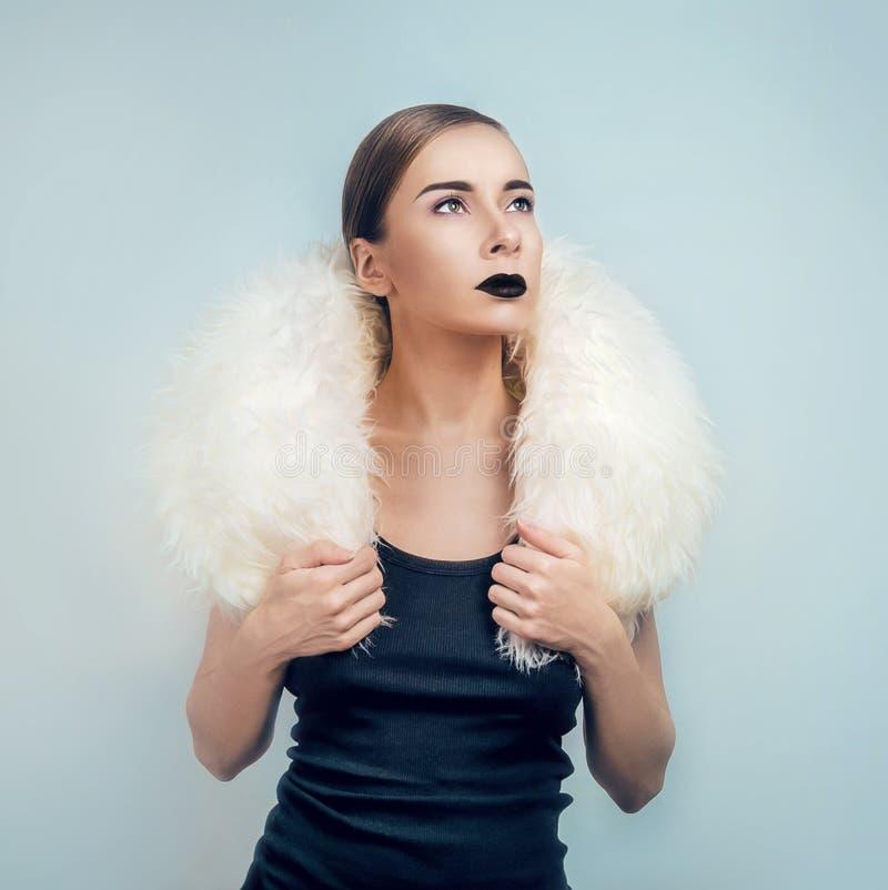 Vrouw met witte bontkraag royalty-vrije stock afbeelding