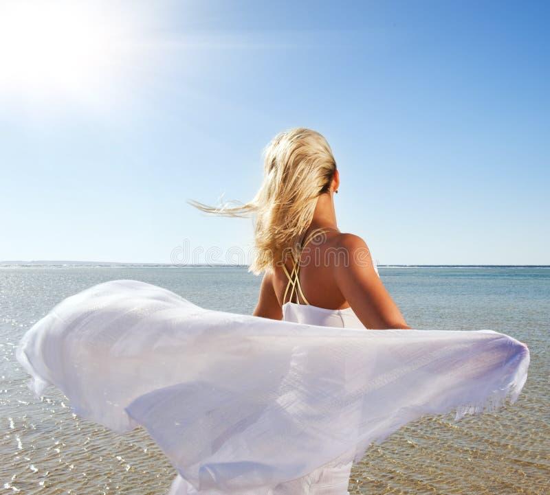Vrouw met witte sjaal stock foto