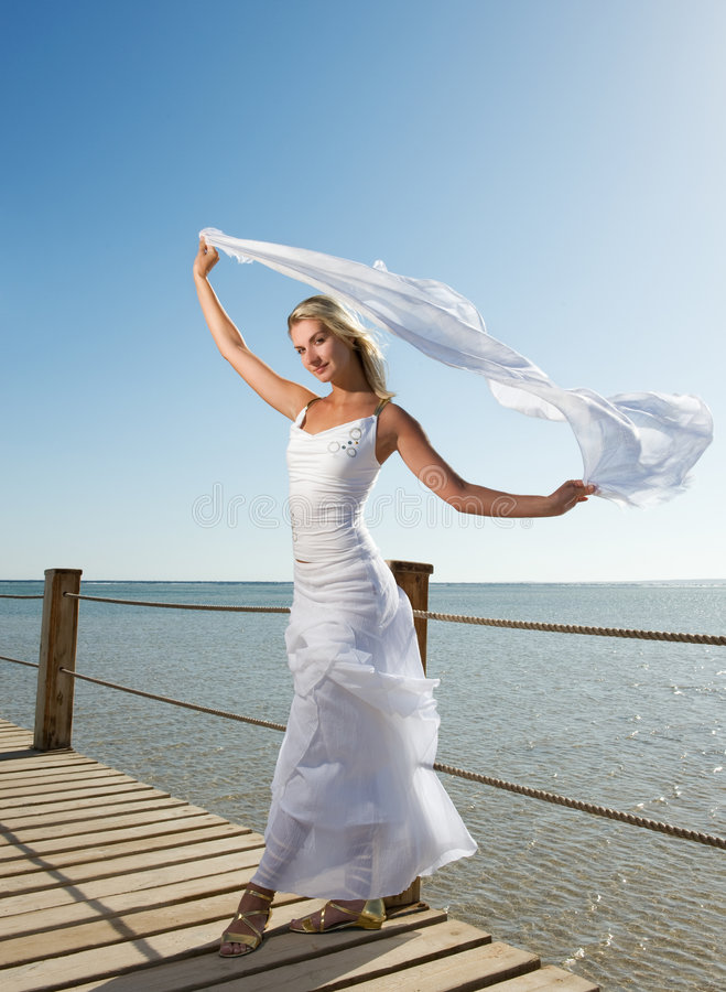 Vrouw met witte sjaal royalty-vrije stock afbeelding
