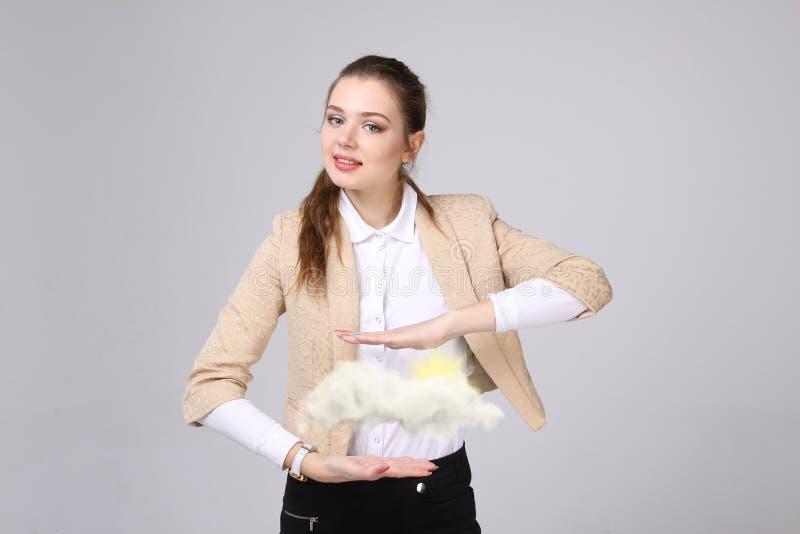 Vrouw met wolk en zon Concept op het onderwerp van de diensten van de computerwolk royalty-vrije stock afbeeldingen