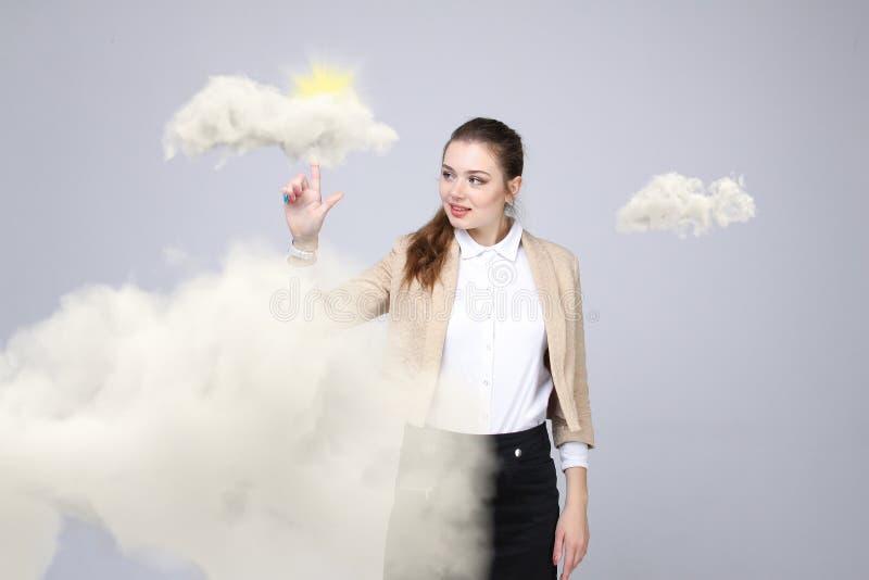 Vrouw met wolk en zon Concept op het onderwerp van de diensten van de computerwolk stock foto