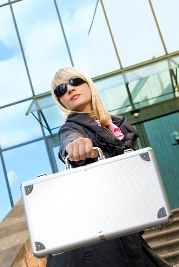 Vrouw met zilveren geval stock afbeeldingen