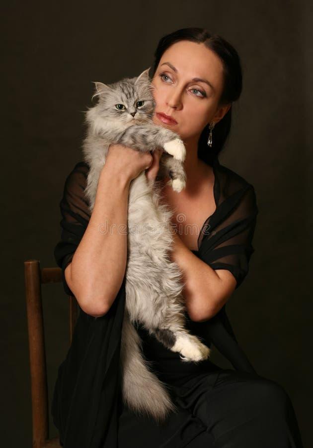 Vrouw met zilveren kat stock foto
