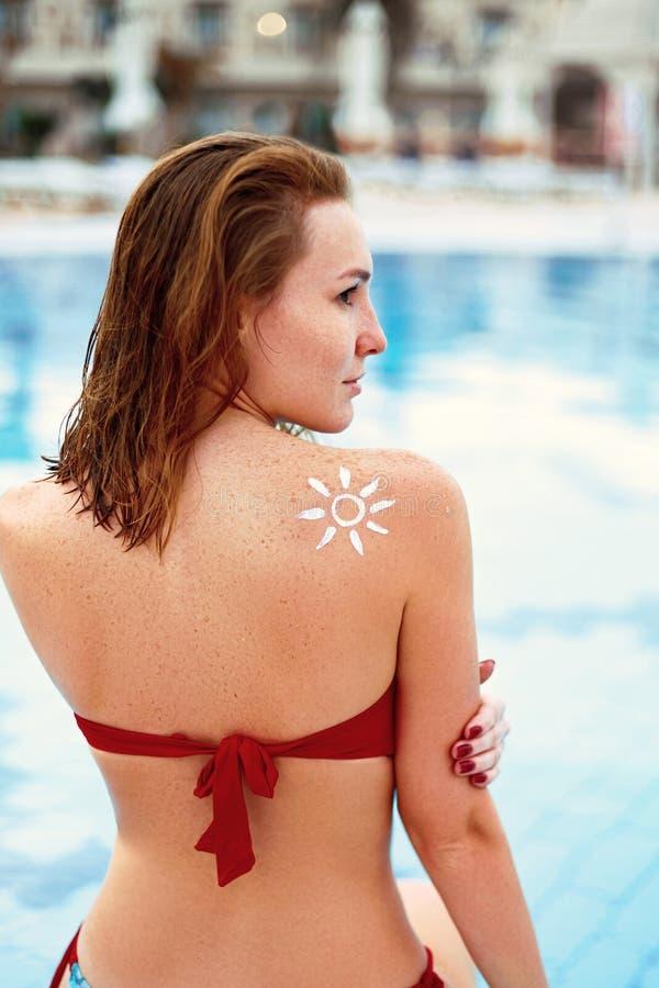 Vrouw met zon gevormd terug zonnescherm op haar Portret van Wijfje met de Getrokken Zon op een Schouder op de Pool Girkvlek Moist stock foto's