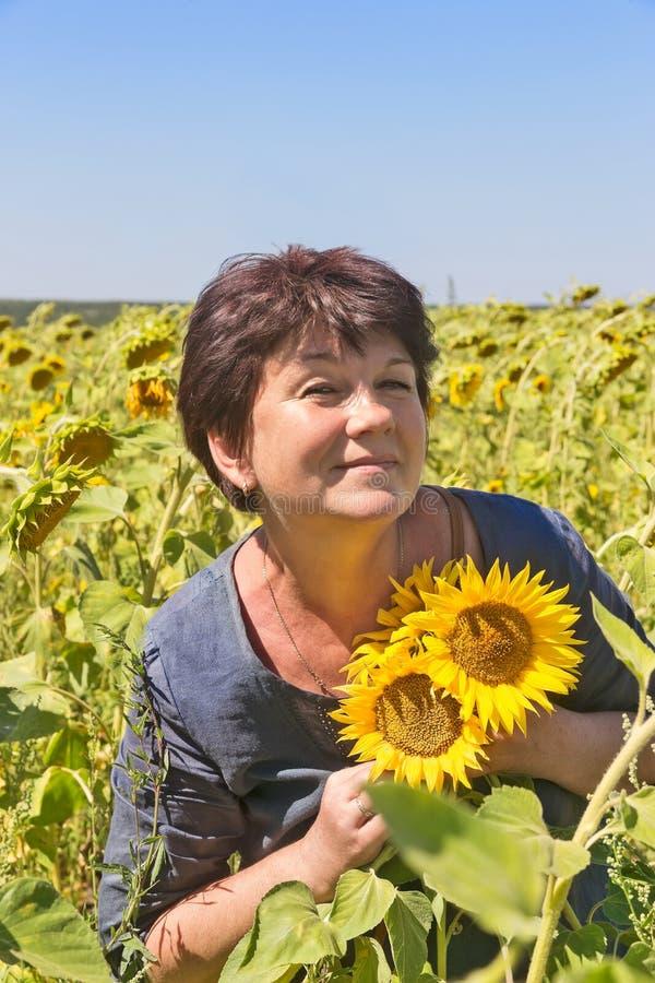 Vrouw met zonnebloemen royalty-vrije stock foto's