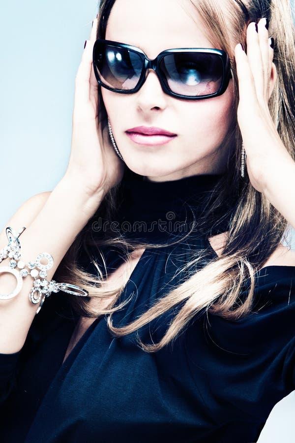 Vrouw met zonnebril stock foto's