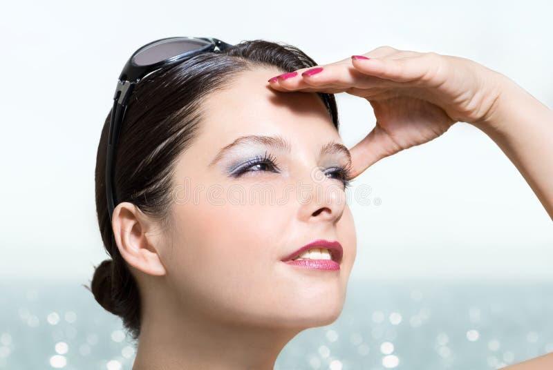 Vrouw met zonnebril bij strand het kijken royalty-vrije stock foto