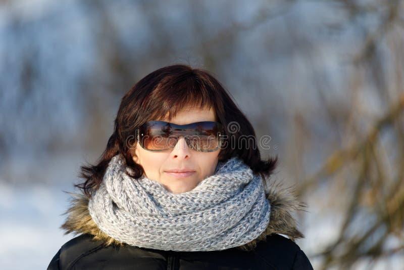 Vrouw met zonnebril zonder make-up in de wintertijd royalty-vrije stock fotografie
