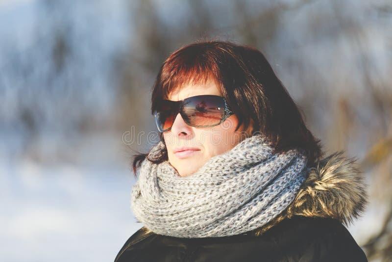 Vrouw met zonnebril zonder make-up in de wintertijd royalty-vrije stock afbeelding