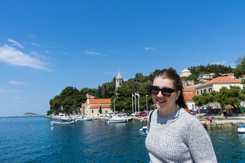 Vrouw met zonnebrilreiziger in jachtenhaven dichtbij oude stad Concept studentenreis, de zomervakantie, solo vrouwelijk toerisme, stock foto's