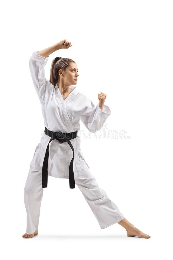 Vrouw met zwart band en kimono het praktizeren karatekata stock fotografie