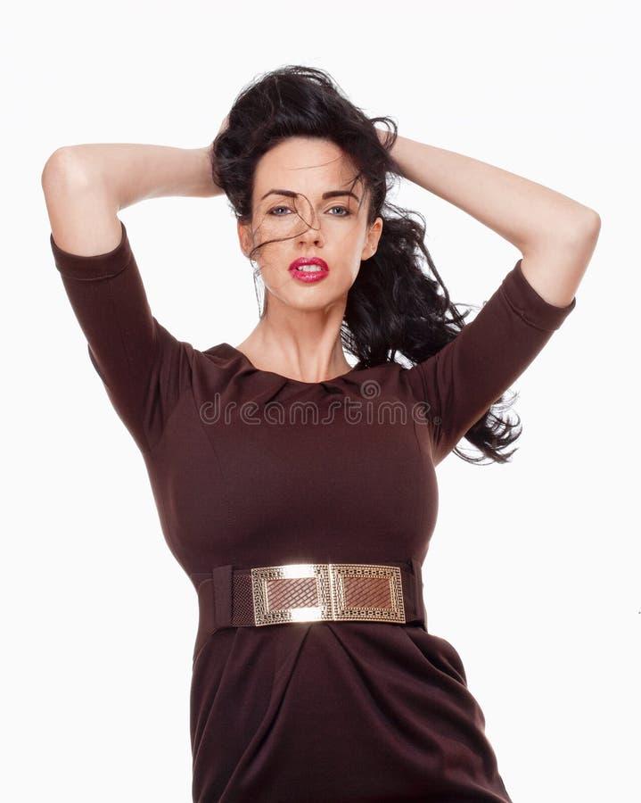Vrouw met Zwart Haar in Elegante Bruine Kleding stock foto's