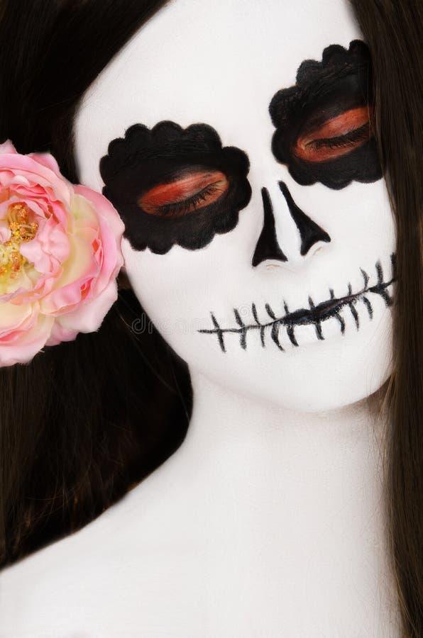 Vrouw met zwart-witte gezichtskunst op haar gezicht stock afbeelding
