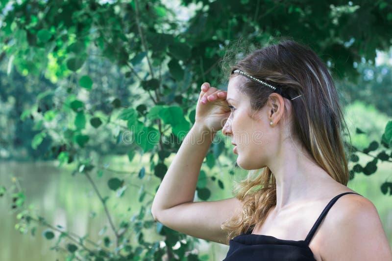 Vrouw met zwarte kleding op het meer royalty-vrije stock afbeelding