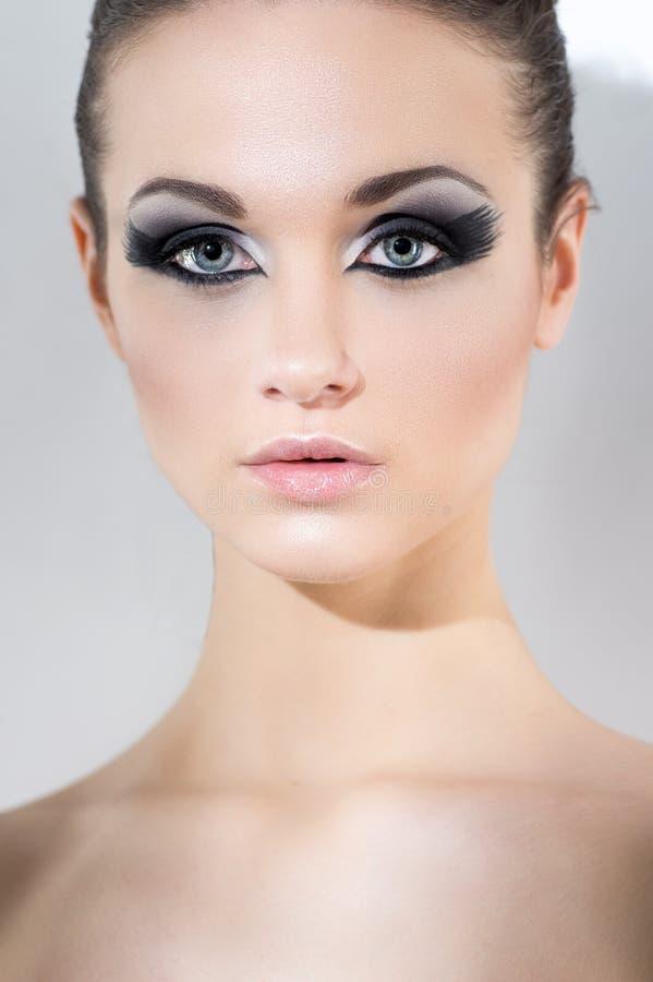 Download Vrouw Met Zwarte Ogenmake-up Stock Foto - Afbeelding bestaande uit zorg, lippen: 54081042