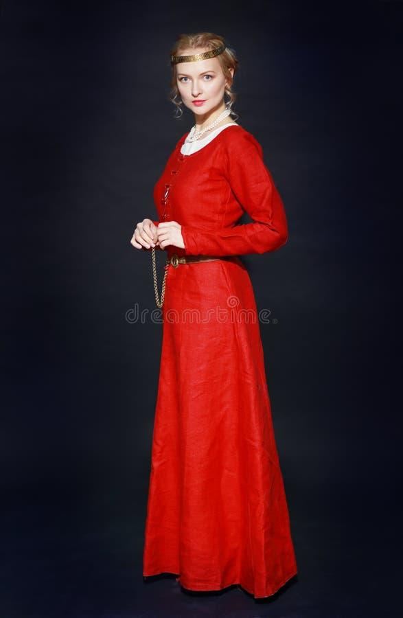 Vrouw in middeleeuwse kleding stock foto