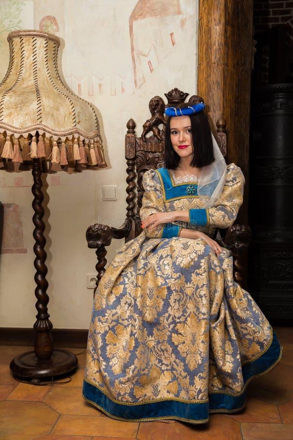 Vrouw in middeleeuwse kleding stock fotografie