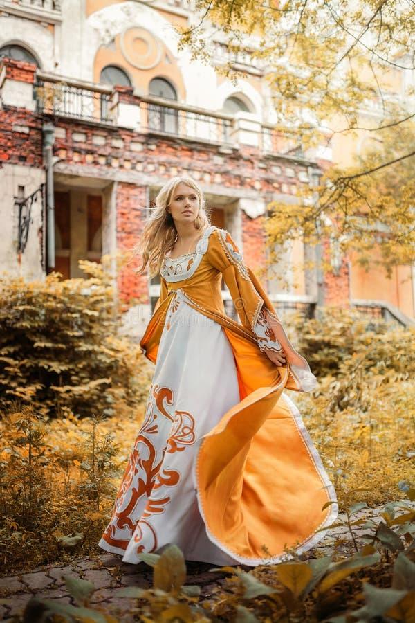 Vrouw in middeleeuwse kleding royalty-vrije stock foto's