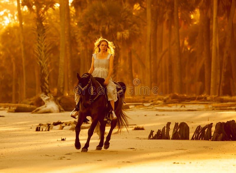 Vrouw in middeleeuwse kleding op horseback stock fotografie