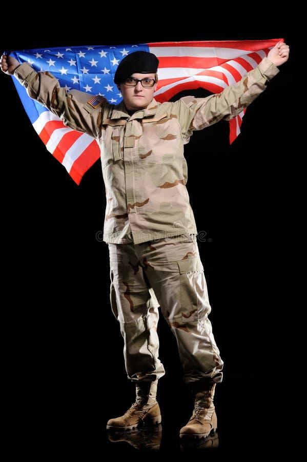 Vrouw in militaire eenvormig met vlag in de handen royalty-vrije stock foto