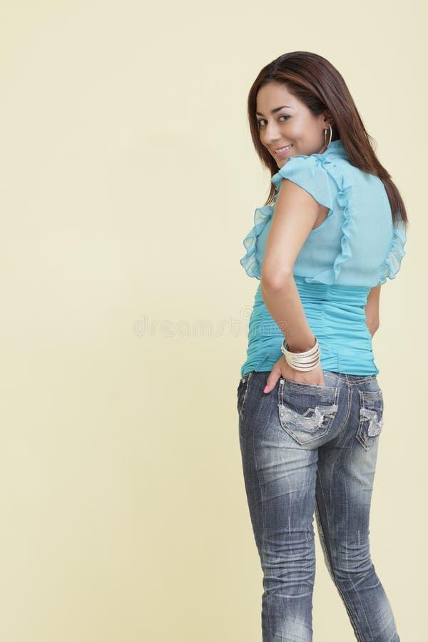 Vrouw in modieuze jeans stock afbeelding