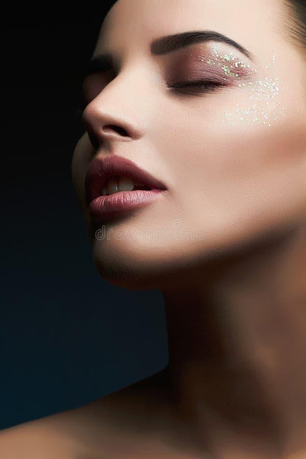 Vrouw Mooie make-up Schitterende Glamour Dame Portrait Sexy lippen De Make-up van schoonheidskerstmis met schittert oogschaduwwen stock foto's