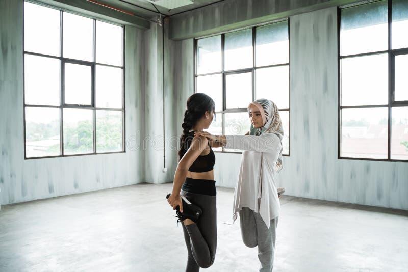 Vrouw moslim die vóór training opwarmen royalty-vrije stock fotografie