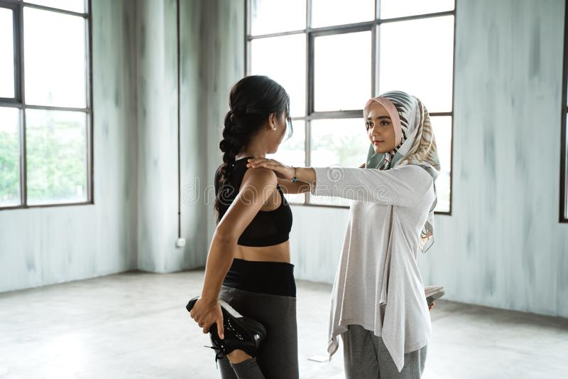 Vrouw moslim die vóór training opwarmen stock afbeeldingen