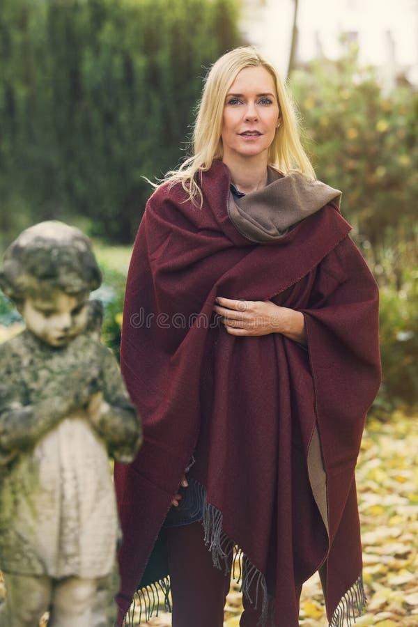 Vrouw naast een graf met een engel royalty-vrije stock afbeeldingen