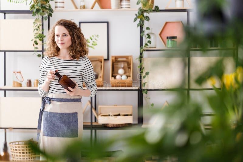Vrouw in natuurlijke winkel stock foto's