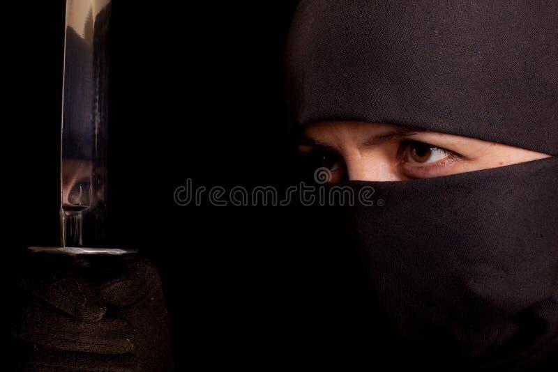 Vrouw in ninjakostuum stock afbeelding
