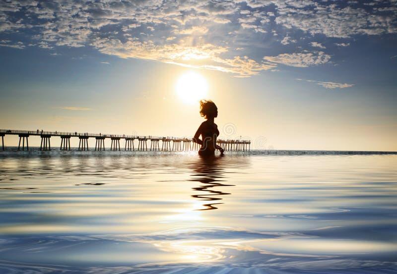 Vrouw in oceaan royalty-vrije stock afbeelding