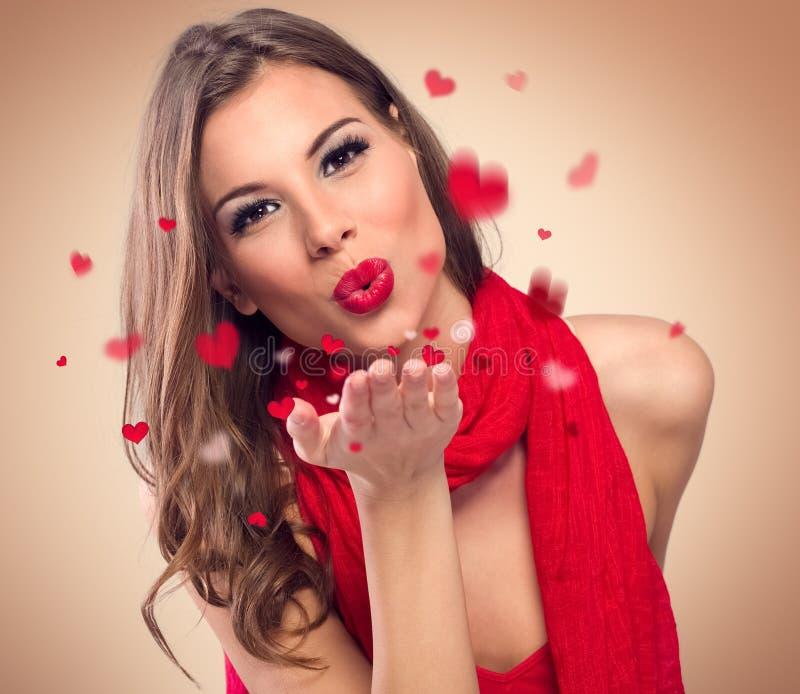 Vrouw om kussen te blazen stock fotografie