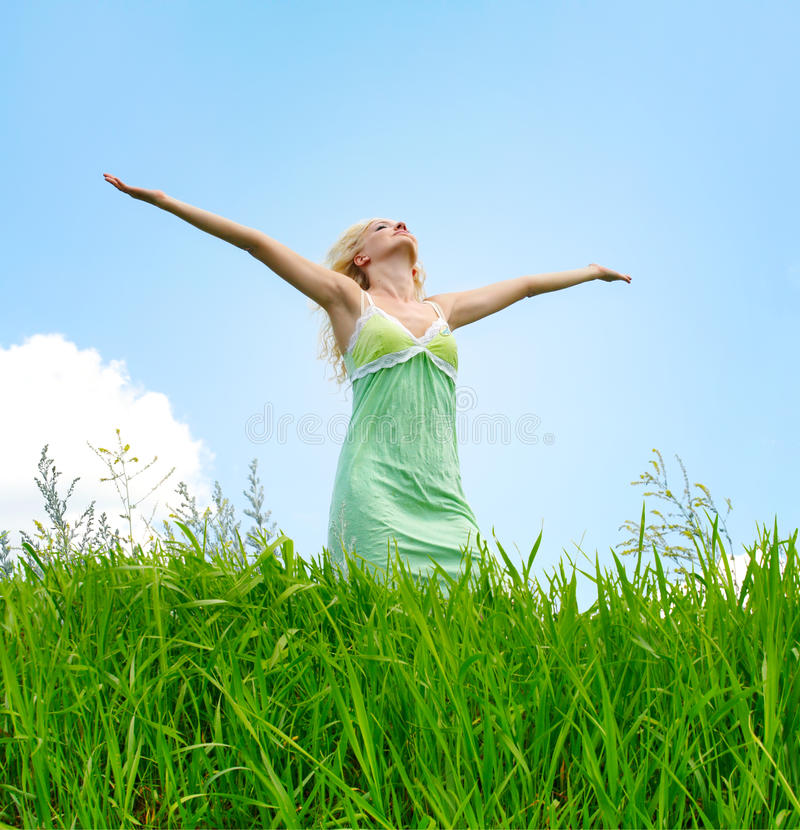 Vrouw onder blauwe hemel royalty-vrije stock foto's