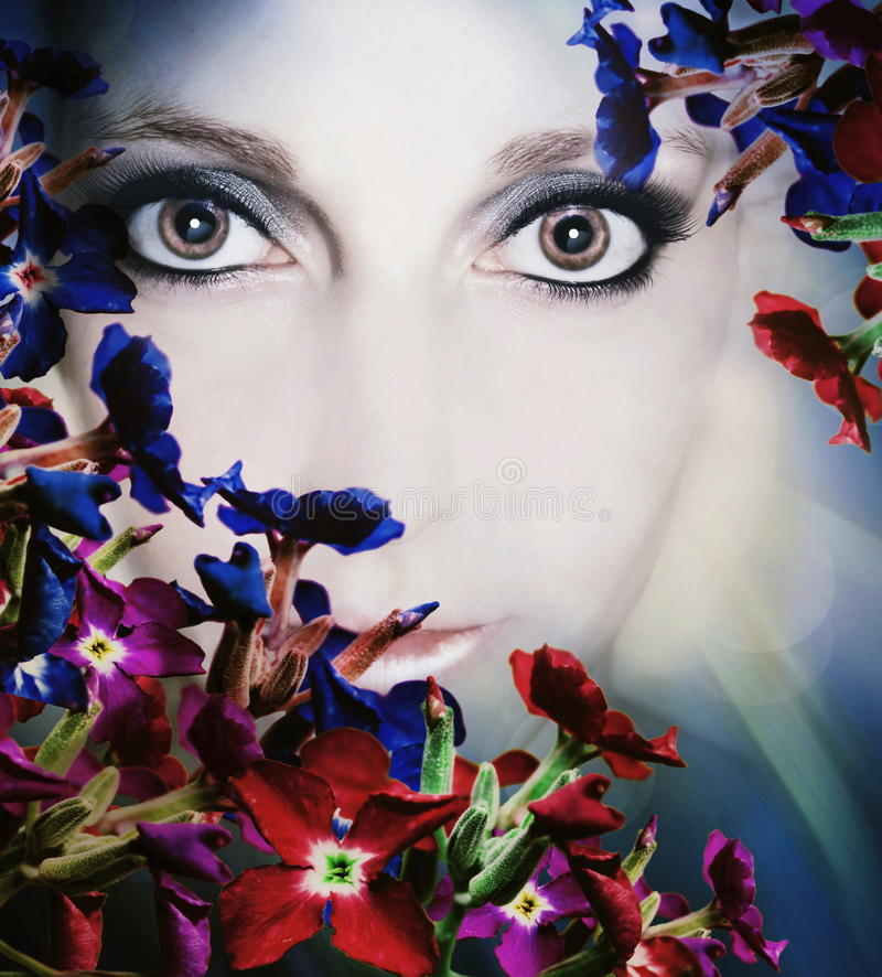 vrouw onder bloemen  royalty-vrije stock foto