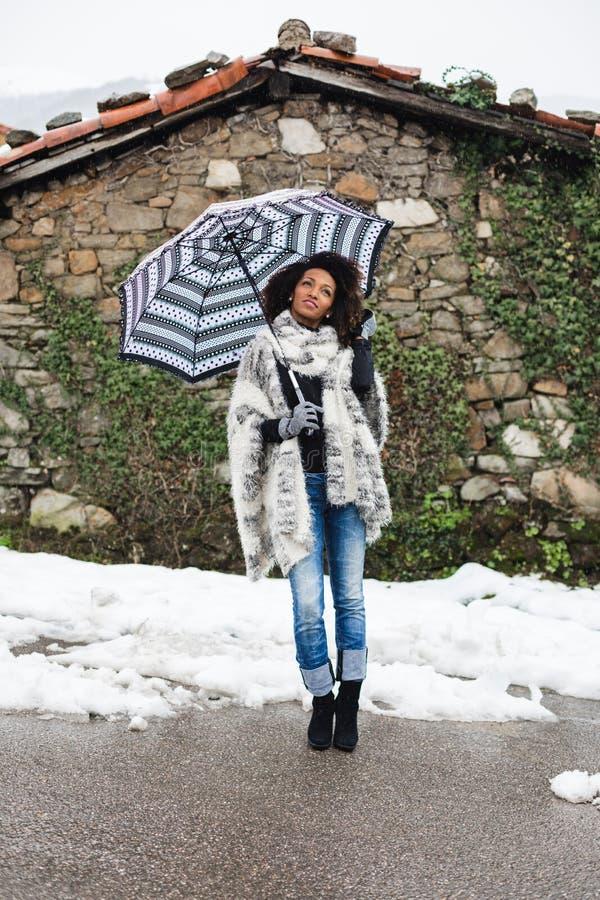 Vrouw onder de winter regenachtig weer royalty-vrije stock afbeeldingen