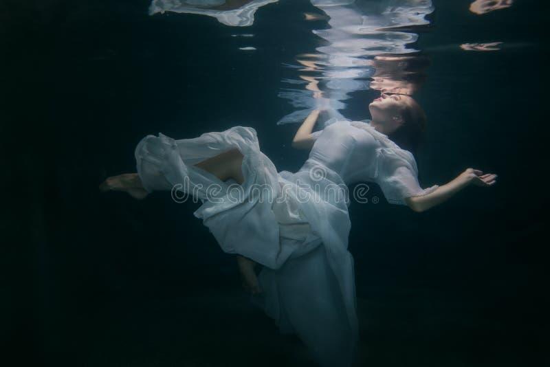 Vrouw onder het water royalty-vrije stock fotografie
