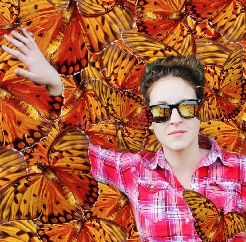 Vrouw onder vlinders stock foto's