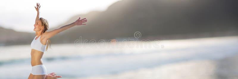 Vrouw in ondergoed het vieren tegen onscherpe kustlijn stock afbeeldingen