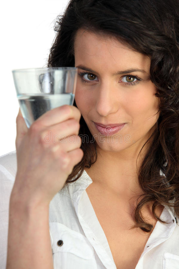Vrouw ongeveer om water te drinken stock fotografie