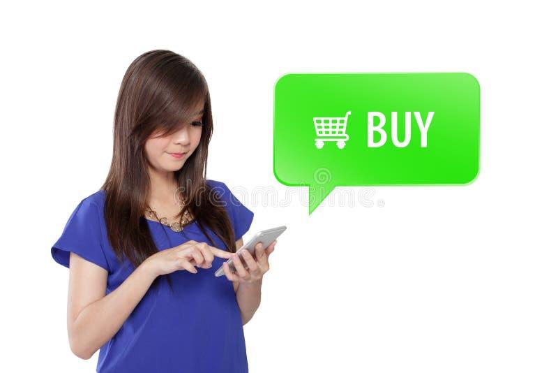 Vrouw online winkelen klikt bij BUY knoop op smartphone royalty-vrije stock fotografie