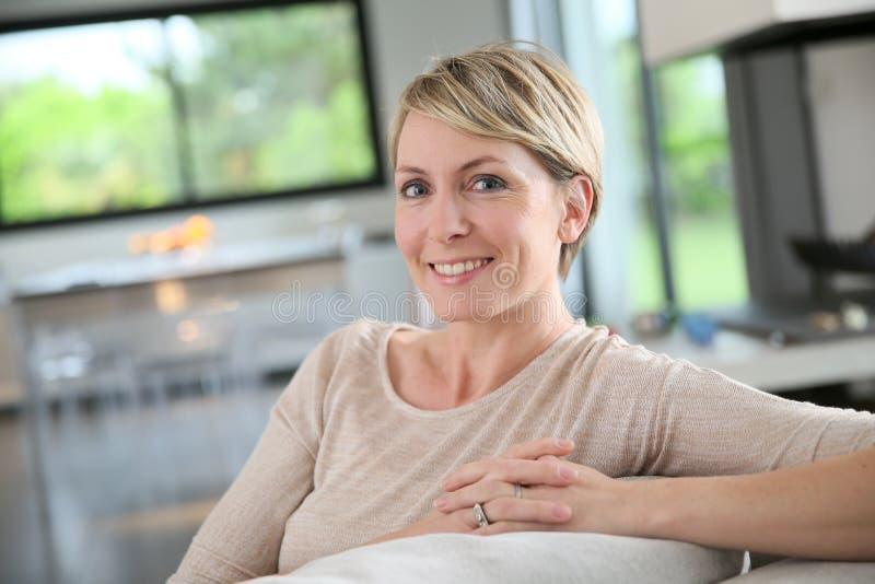 Vrouw ontspannen het op middelbare leeftijd op osfa royalty-vrije stock afbeelding